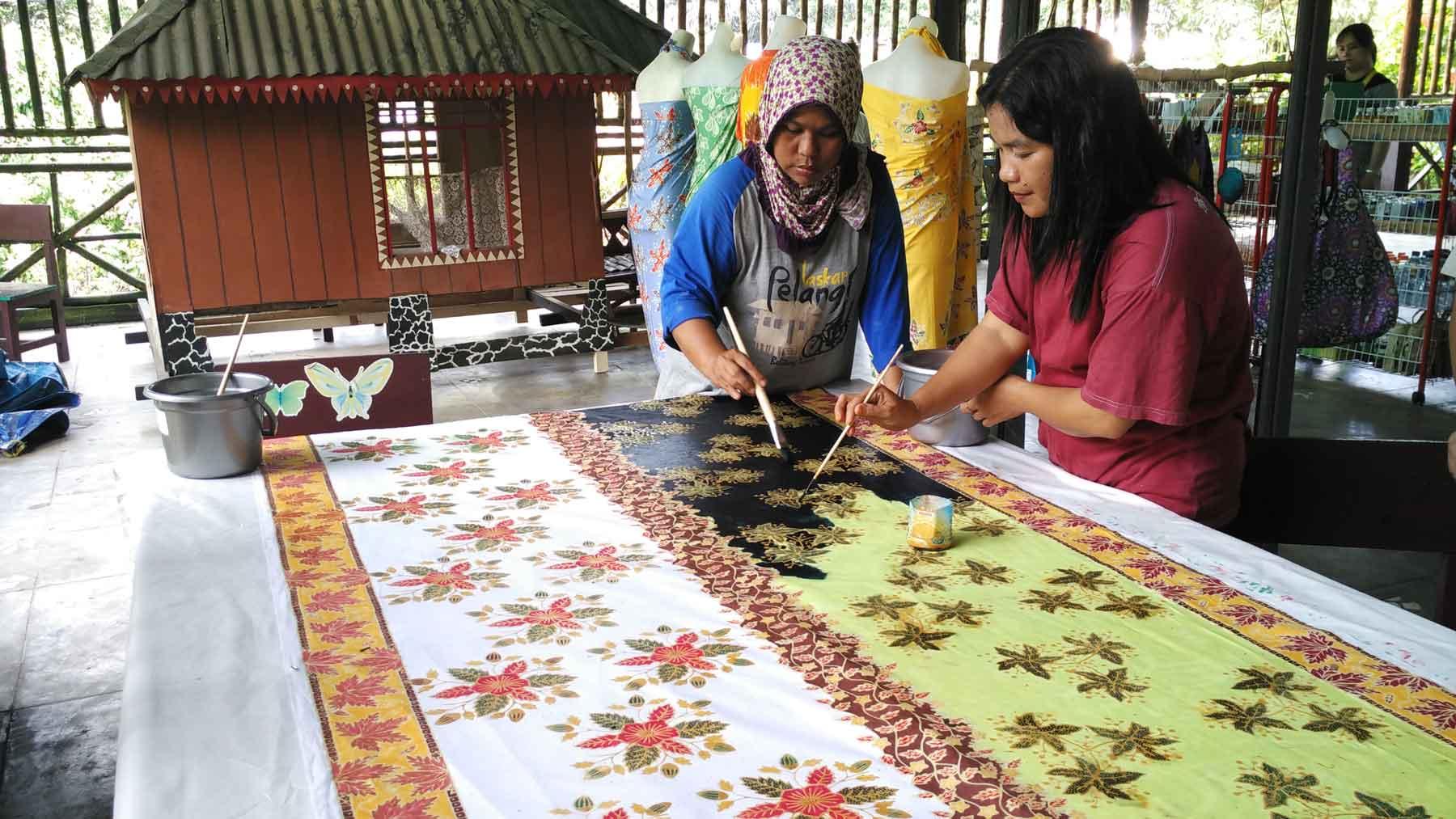 Pewarnaan Batik Daun Simpor Belitung