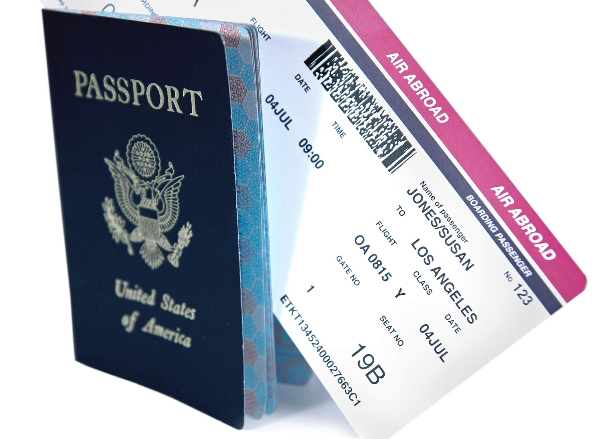 Tiket pesawat dan paspor
