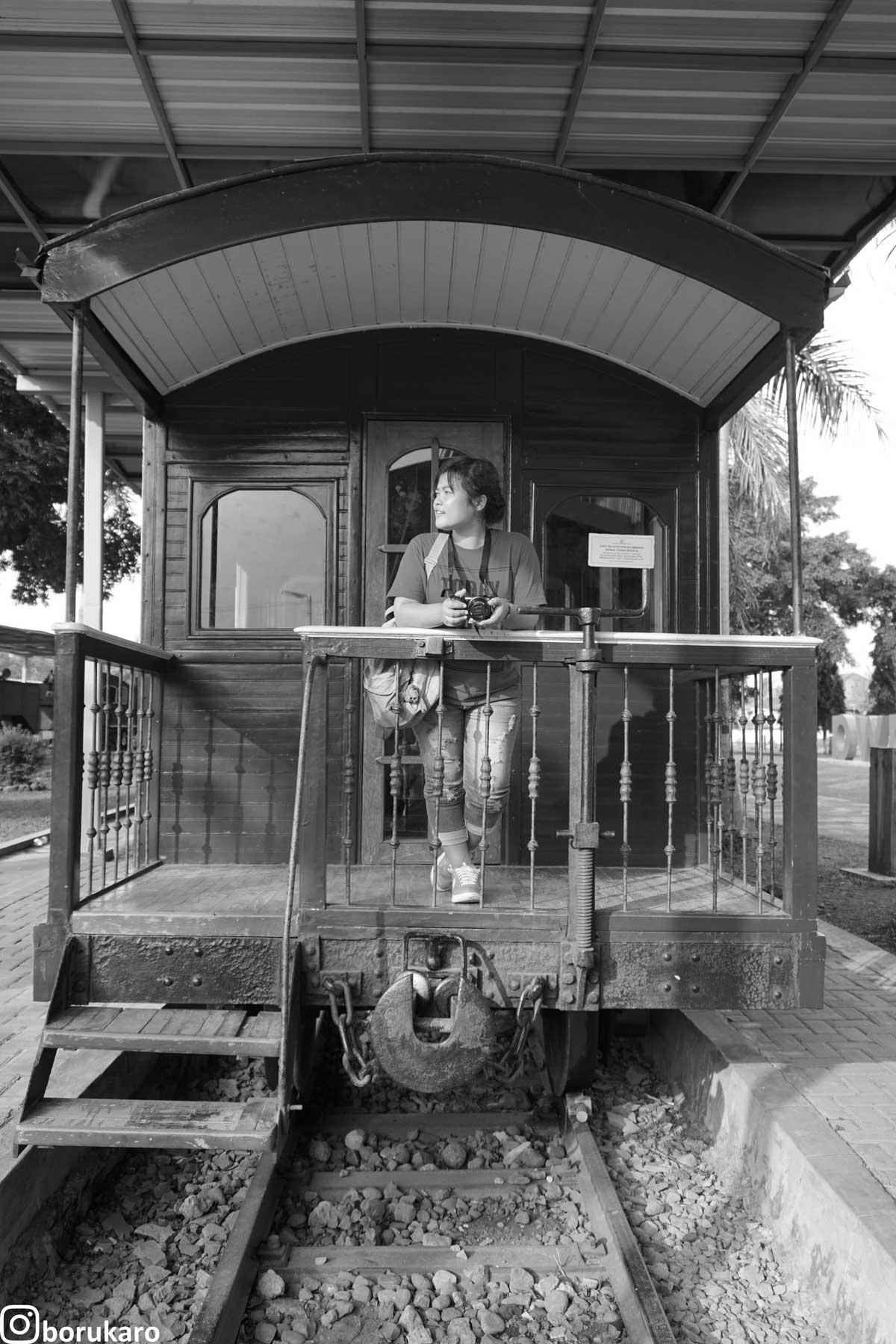 Berfoto di salah satu belakang Kereta