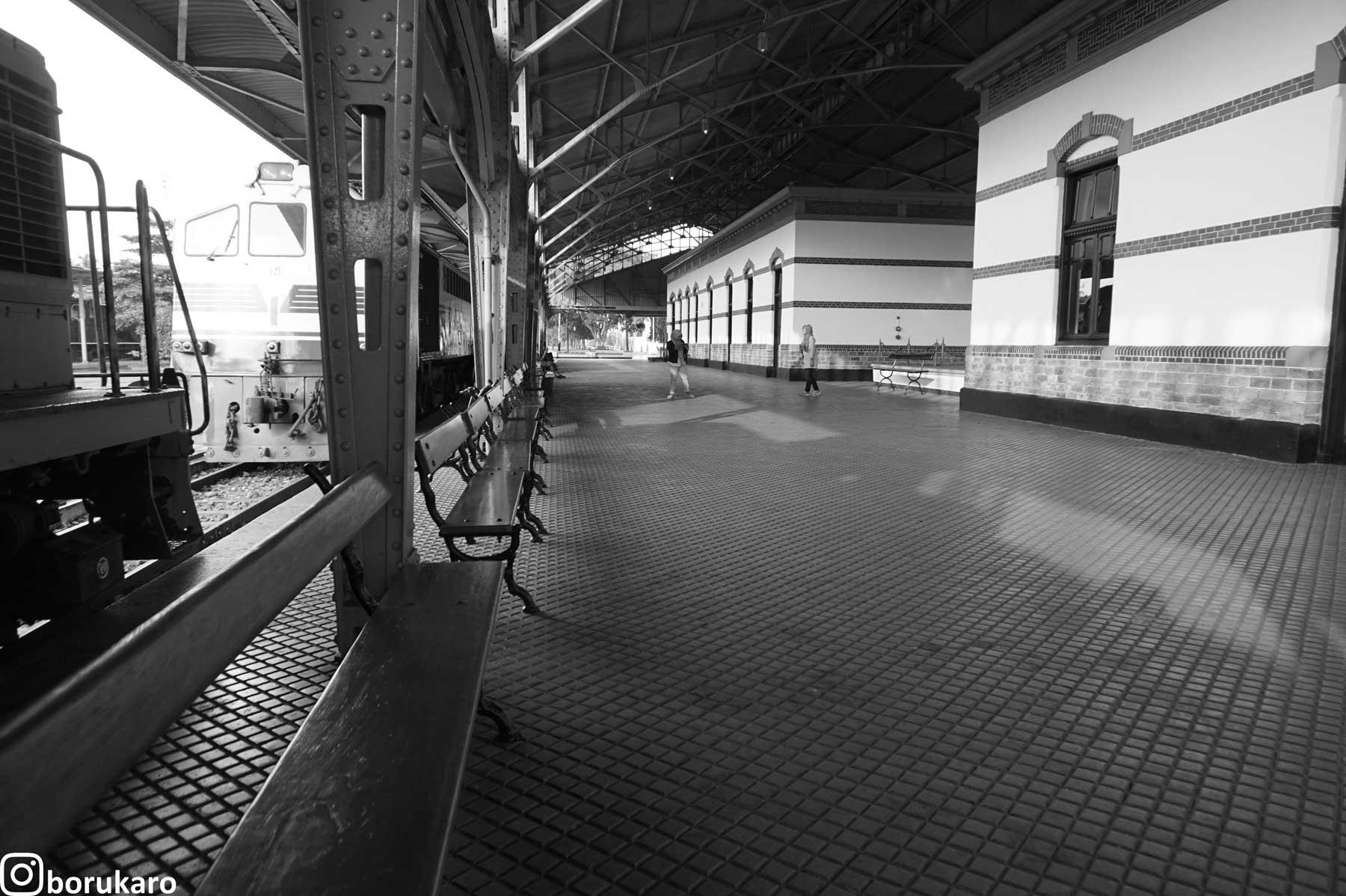 Tempat duduk penumpang menunggu kereta