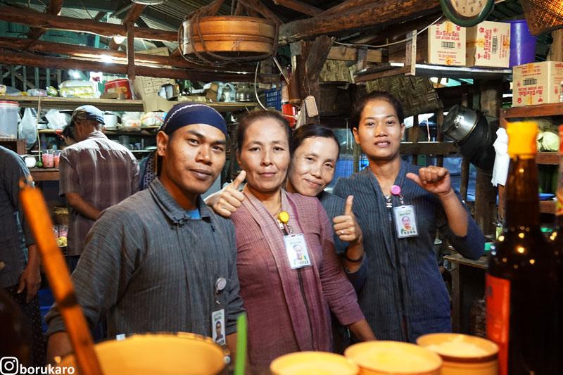 Mba dan mas yang memasak pesanan pengunjung