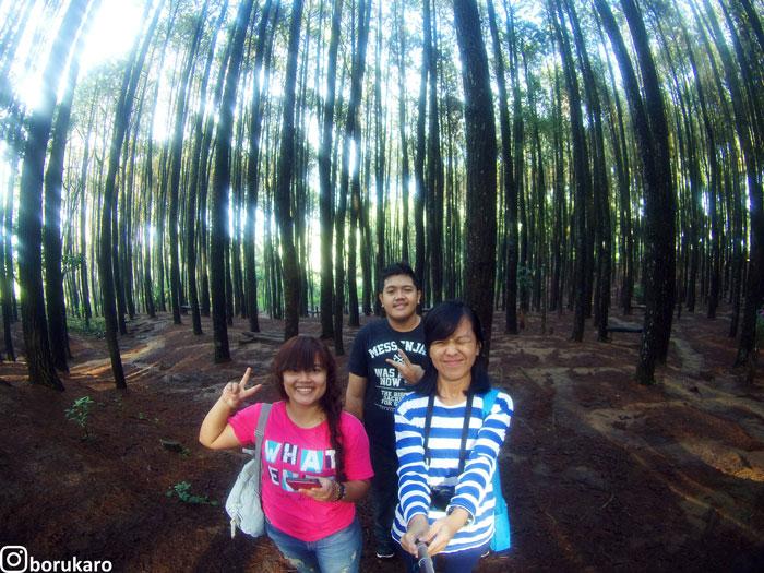 Me, Winda, Eko di Hutan Pinus Mangunan