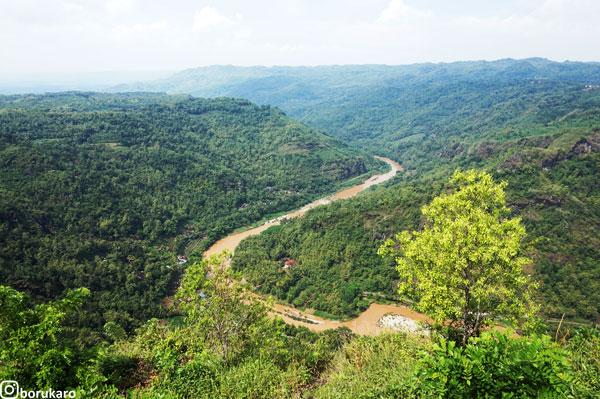 View Sungai Oyo dan pegunungan Sewu