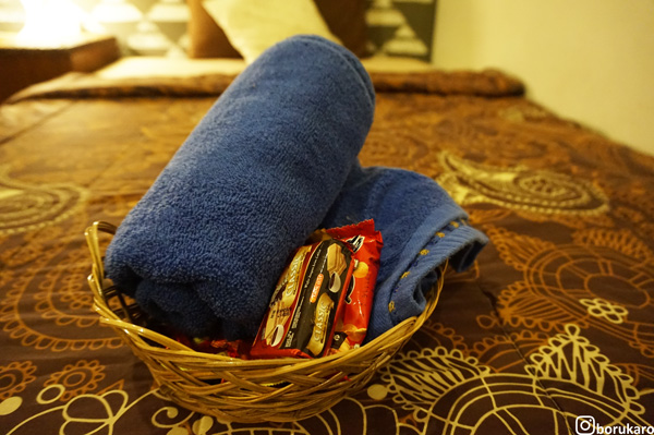 Handuk dan cemilan