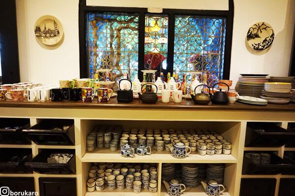 Lemari tempat Keramik-keramik